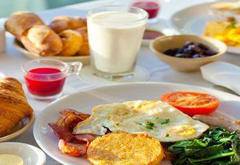 روز خود را با صبحانه آغاز کنید.