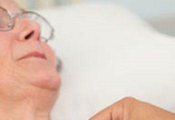 در سالمندان ویتامین D ماهانه با دوز بالا عفونت های تنفسی را کاهش اما خطر زمین خوردن را افزایش می دهد.